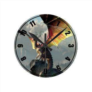 Dragón con alas amarillo reloj redondo mediano