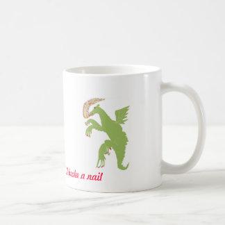 Dragón con un clavo quebrado taza