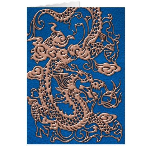 Dragón de cobre en la textura de cuero azul de tarjeta de felicitación