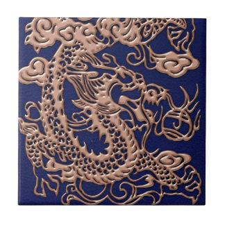 Dragón de cobre en textura del cuero del azul real azulejo cuadrado pequeño