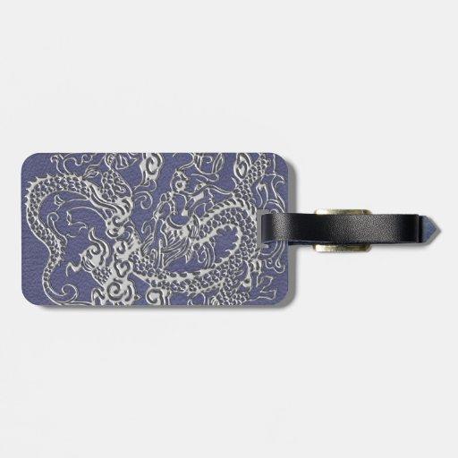 Dragón de plata en textura azul del cuero de la pi etiquetas maleta