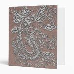 Dragón de plata en textura de cuero de color topo