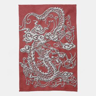 Dragón de plata en textura de cuero roja toalla