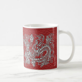 Dragón de plata en textura de cuero roja taza