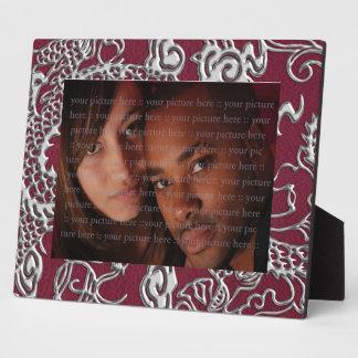 Dragón de plata en textura del cuero del vino rojo placas con fotos