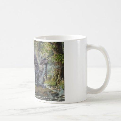 Dragón del bosque - por Marc-André Huot Taza Básica Blanca