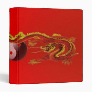 Dragón del fuego con la carpeta de Yin-Yang Avery