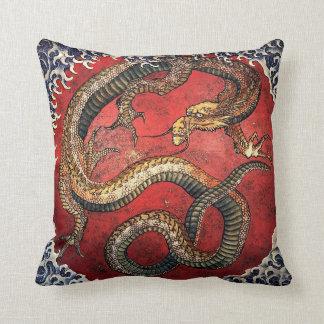 Dragón del rojo de Hokusai Cojín