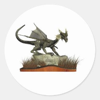 Dragón derecho en una roca etiqueta