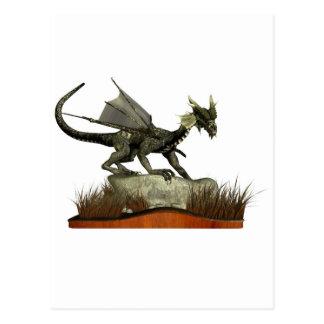 Dragón derecho en una roca postales