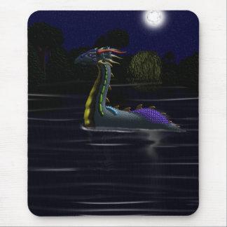 Dragón en el lago mouse pad