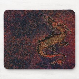 dragón en fondo metálico oxidado mouse pads