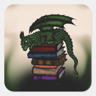 Dragón en los libros pegatina cuadrada