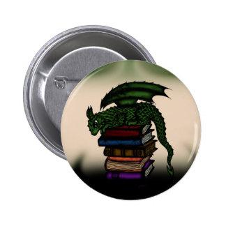 Dragón en los libros pin redondo de 2 pulgadas