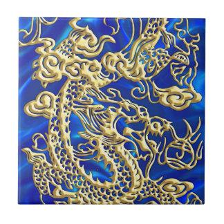 Dragón grabado en relieve del oro en el satén azul azulejo cuadrado pequeño