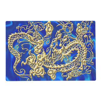 Dragón grabado en relieve del oro en el satén azul tapete individual