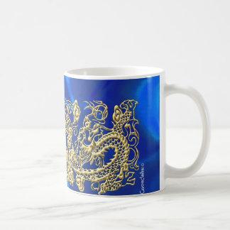 Dragón grabado en relieve del oro en el satén azul tazas de café