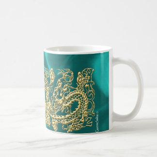 Dragón grabado en relieve del oro en el satén de l tazas de café