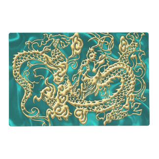 Dragón grabado en relieve del oro en el satén de tapete individual