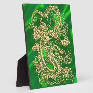 Dragón grabado en relieve del oro en el satén placas con fotos