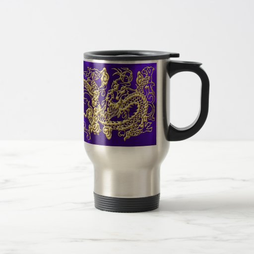 Dragón grabado en relieve del oro en el satén púrp taza