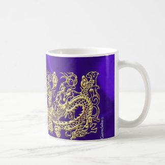 Dragón grabado en relieve del oro en el satén púrp tazas