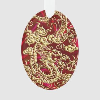 Dragón grabado en relieve del oro en el satén rojo