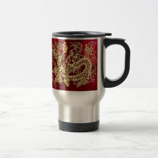 Dragón grabado en relieve del oro en el satén rojo taza de café