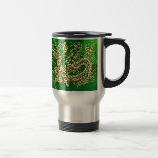 Dragón grabado en relieve del oro en el satén verd taza de café