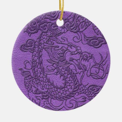 Dragón grabado en relieve en textura de cuero púrp ornamento de navidad