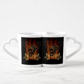 Dragón impresionante en oro y negro tazas para parejas