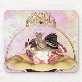 Dragón lindo que chupa el pulgar dentro de la taza tapete de ratón