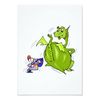 Dragón malo empujado por el caballero invitación