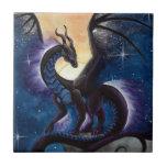 Dragón negro con el cielo nocturno de Carla Morrow Azulejo
