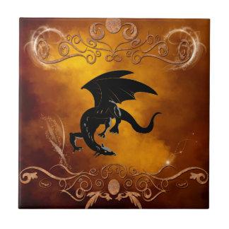 Dragón negro en el cielo azulejo cuadrado pequeño