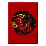 Dragón negro en el mármol rojo tarjeta de felicitación