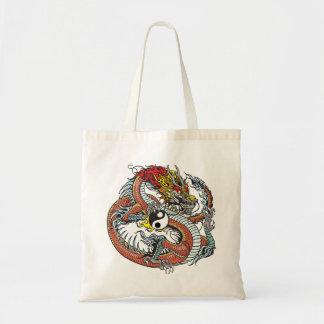 dragón que lleva a cabo el yin yang