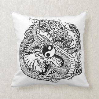 dragón que lleva a cabo el yin yang cojin