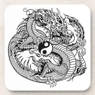 dragón que lleva a cabo el yin yang posavaso