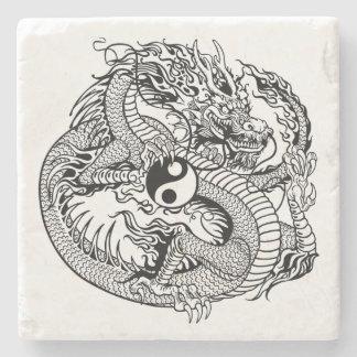dragón que lleva a cabo el yin yang posavasos de piedra