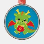 Dragón que sostiene la linterna adorno redondo plateado