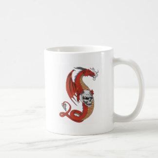 Dragón rojo con el cráneo taza