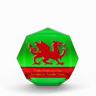 dragón rojo de la Grabar en relieve-mirada con