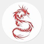 Dragón rojo del tatuaje etiquetas redondas