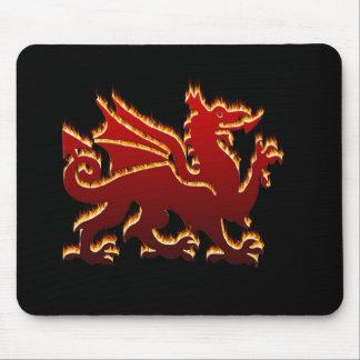 Dragón rojo Galés de la llama Tapetes De Ratones