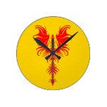 Dragón rojo gótico en amarillo reloj