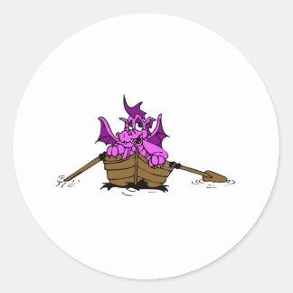 Dragón rosado en el barco pegatina redonda