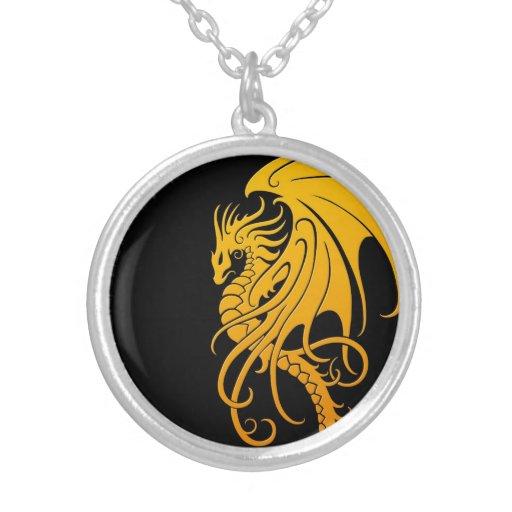 Dragón tribal que vuela - amarillo en negro colgantes