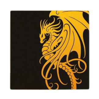 Dragón tribal que vuela - amarillo en negro posavasos de arce