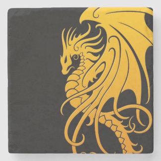 Dragón tribal que vuela - amarillo en negro posavasos de piedra